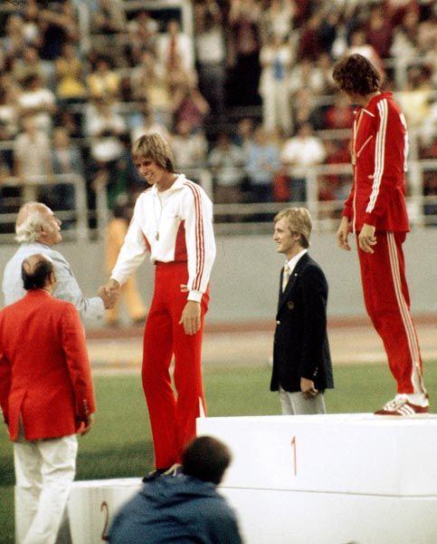 Greg Joy (gauche) du Canada célèbre sa médaille d'argent au saut en hauteur aux Jeux olympiques de Montréal de 1976. (Photo PC/AOC)