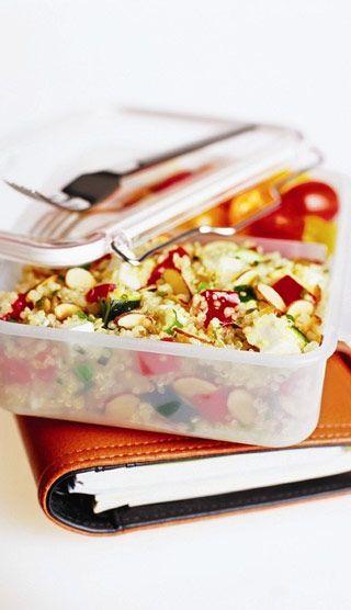 Salade de quinoa avec amandes, feta et légumes d'été