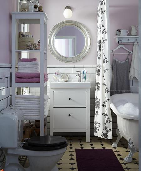 Baño con toque violeta