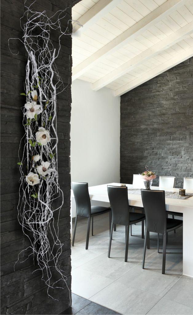 Muurhanger gemaakt met witte Decoratietakken en witte zijde magnolia bloemen.www.decoratietakken.nl