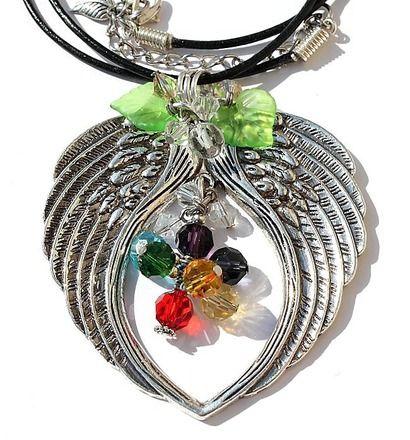"""Pendentif en ailes d'ange formant un coeur avec au centre une grappe de perles multicolores en cristal : """"Ange protecteur"""""""