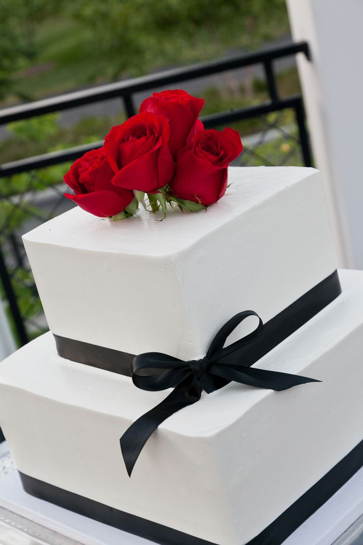 Plain and beautiful wedding cake with roses