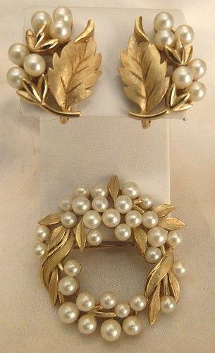 VINTAGE 1950's TRIFARI LUSTROUS FAUX PEARL WREATH LEAVES PIN EARRINGS SET!