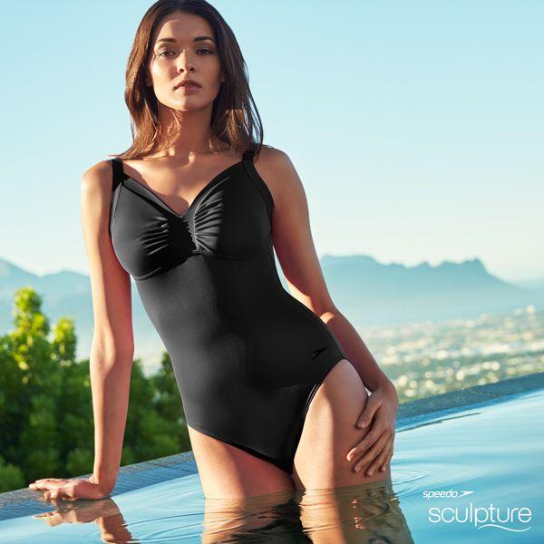 'The little black dress' aan de waterkant. Een stijlvol badpak met een subtiel accent bij het decollete door de elegante plooien. Sommige dingen zijn klassiek met een reden...
