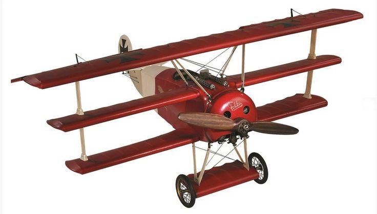 Fabricado en tela estirada sobre una estructura de madera, el Fokker Triplano Medium AP010 más conocido por ser tripulado por Barón Rojo, era una aeroplano rápido y ágil y toda una leyenda en la Gran Guerra. Ahora representado en gran formato por la prestigiosa marca Authentic Models.