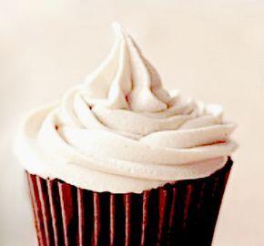 """Cette crème au beurre des tricheuses est si bonne et si facile. C'est unerecette de """"tricheuse"""" de base que j'utilise souvent pour décorer les gâteaux couvert de pâte à sucre (ou pas). Depuis sa publication sur le blog elle est devenue un"""