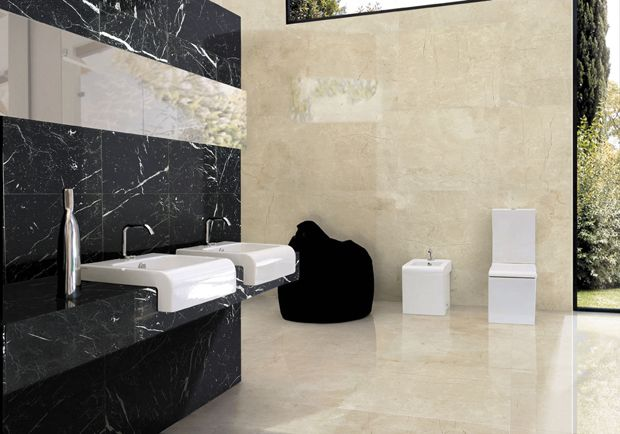 Baño realizado con marmol negro marquina y crema marfil