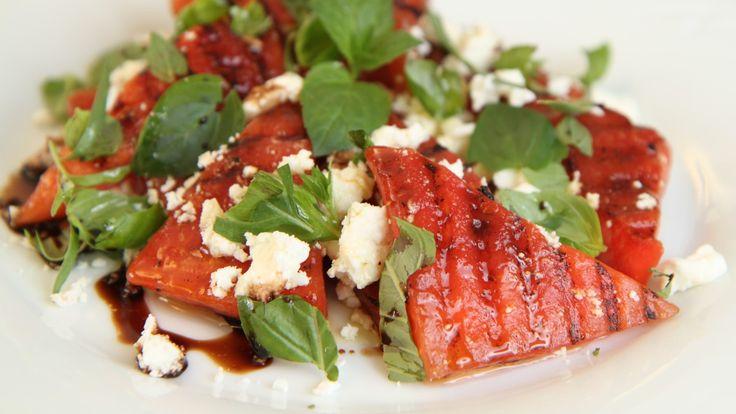 Start med å strø salt over melonskivene, før de skal grilles. Og etter grillingen blandes salat med feta og friske urter.