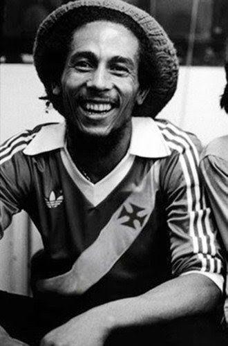 Bob Marley vestindo a camisa do Vasco da Gama.