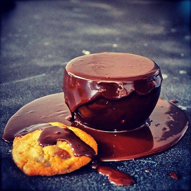 Αν είμαι η σοκολάτα αμαρτία, θα βγω να το φωνάξω με λατρεία!   ΥΓ: ο CapCap σήμερα το βράδυ κλείνει τις πόρτες του για να περάσει τις γιορτές με την οικογένεια του και επιστρέφει με τις κουζίνες αναμμένες τη Δευτέρα του Πασχα!
