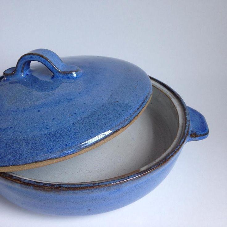 Panela com tampa, vai do forno para a sua mesa. Pode ser usada em forno elétrico ou gás, forno micro-ondas e lava-louças, não colocar diretamente sobre a chama.