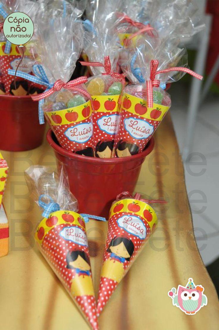 Cone personalizado (Ideal para colocar jujuba, amendoim, bolinho de goma)    Cone+fita+saquinho (vazio)  Valor unitário = R$ 2,25 - pedido mínimo de 12 unidades.    Fazemos no tema que desejar!