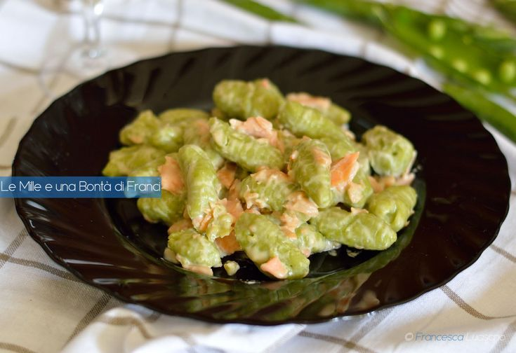 Gli gnocchi di piselli cremosi al salmone sono un primo piatto molto gustoso realizzato con i piselli freschi e costituiscono un piatto completo e gustoso.
