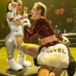 Selena Gomez, Ariana Grande, Pitbull, Jason Derulo, Macklemore & Ryan Lewis gibi ünlülerin katıldığı, 13 Aralık 2013 tarihinde Madison Square Garden'da gerçekleşen  Z100 Jingle Tkonserinde Miley Cyrus g cesur giyimi ve davranışları ile adından çok söz ettirdi.