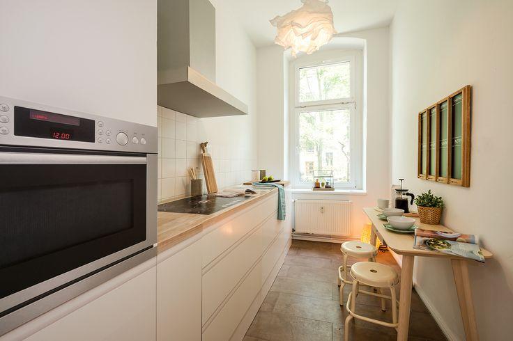 Die geräumige Küche schafft Platz für einen zusätzlichen Essbereich.