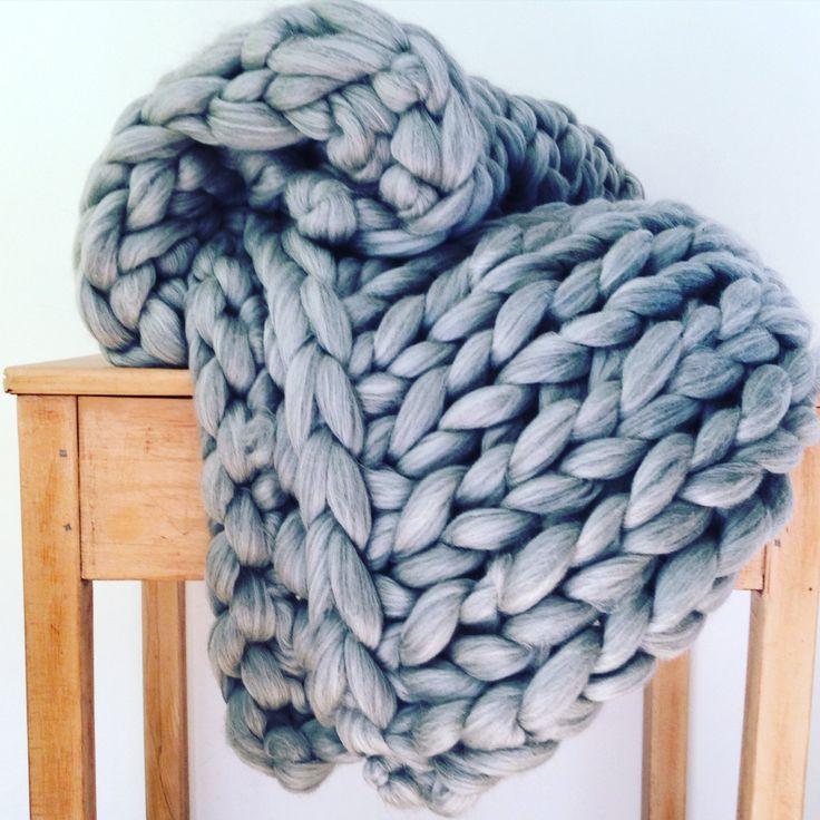 Riesige stricken, Arm stricken, extreme stricken, klobige stricken - eignet sich diese UN-gesponnene Merinowolle für diese massive Decken, klobige Schals und Teppiche zu machen.  ICH KANN LIEFERN GRATIS STRICKEN ANLEITUNGEN FÜR NORMAL STRICKEN UND ARM STRICKEND - LASSEN SIE MICH WISSEN, WELCHE SIE BEVORZUGEN WÜRDEN, WENN SIE BESTELLEN UND ICH WERDEN IHNEN PER E-MAIL EINE KOPIE.   1 Masche ist eine massive 3 Zoll lang  2 Maschen = 10cm  1 Kilo = 52 m Länge  Jeder Strang wird mit Luxu...