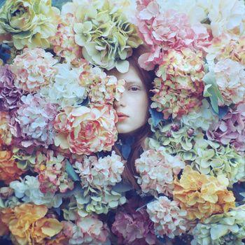 パステルカラーの花のキャンバス。こちらを見つめかえす視線にドキッとします。