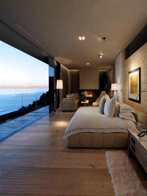 Rechthoekige slaapkamer met uitzicht op het water   ELLE
