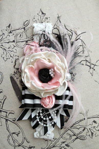 Faixa de luxo com flor de cetim e rica em detalhes.