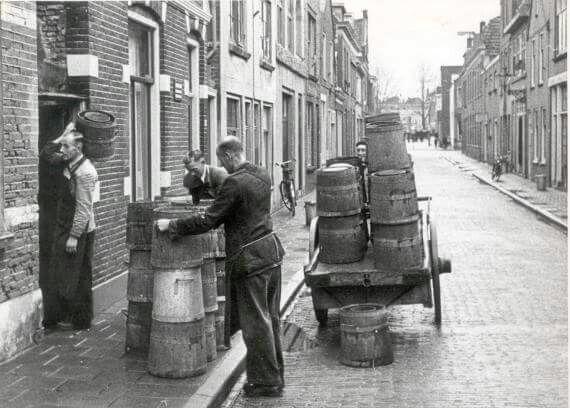 Alkmaar (poep)tonnen ophalen. Ging nog tot in de jaren 70 door.