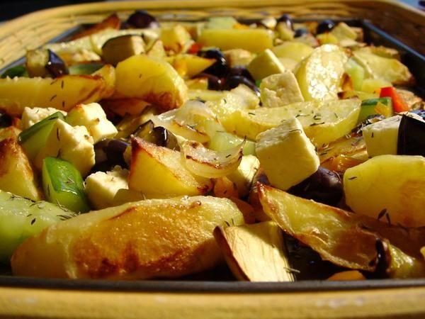 Klyftpotatis med rostade grönsaker och feta