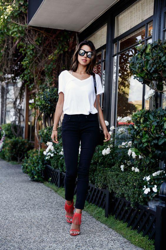Blusa branca, calça jeans azul escura, sandália de franjas de salto coral