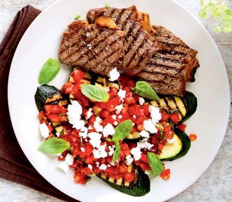 Grillede bøffer og squash med tomatsalsa