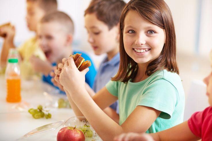 Κακά τα ψέματα, όλοι έχουμε περάσει από αυτήν την ηλικία και ξέρουμε πολύ καλά τι κάνουν τα περισσότερα παιδιά στο σχολείο. Ή πετάνε το φαγητό τους και αγοράζουν μπισκότα και πατατάκια από τη σχολική καντίνα ή πολύ απλά αφήνουν το κέικ ή το σάντουιτς που με κόπο έφτιαξε η μαμά να χαθεί κάπου στον πάτο της σχολικής τσάντας και να καταπατηθεί από βιβλία και ντοσιέ. Όπως και να έχει τα παιδιά ή επιλέγουν κάτι ανθυγιεινό ή μένουν νηστικά και η τσάντα γεμίζει με ψίχουλα και τσαλακωμένα…