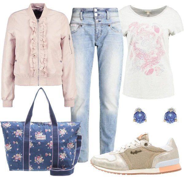 Se state programmando un week-end fuori porta questo è il look adatto per il vostro viaggio: jeans baggy, t-shirt con stampa e bomber con chiusura a cerniera e rouches. Completano l'outfit le sneakers basse, gli orecchini a lobo ed il capiente borsone con tracolla.