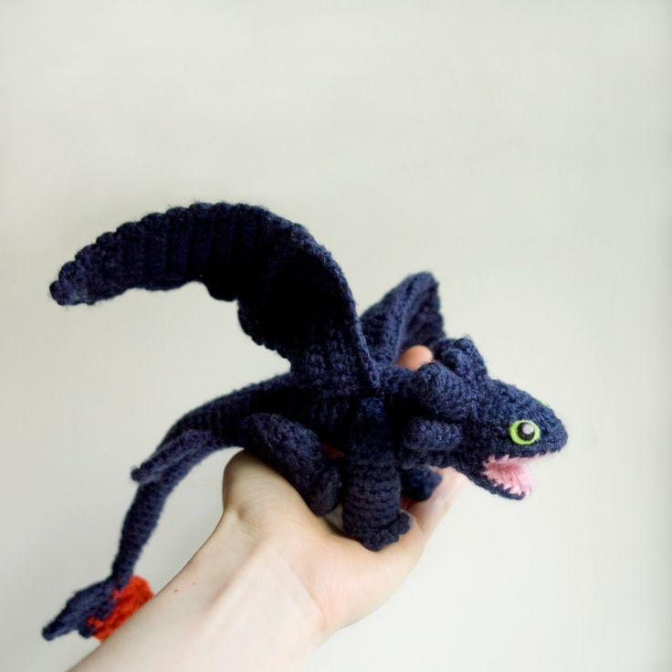 Crochet motif Krokmou en format PDF. Rencontrez le dragon Krokmou, maintenant dans une forme mignon amigurumi! Avec ce modèle de crochet, si vous savez comment crocheter et comme ce personnage, vous pouvez créer votre propre Krokmou! Un jouet amigurumi le motif mesure environ 30 cm/12 pouces de longueur et fera un cadeau adorable pour tout petit fan de «Comment former votre Dragon»! Un crochet Night Fury peut aussi être un gentil gardien de votre table de travail :)  S'il vous plaî...