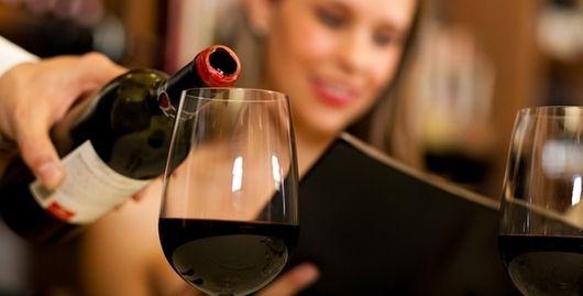 Wijn schenken volgens de regels van de kunst