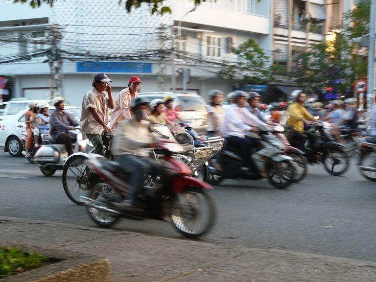 Saigon is chaos. Aan alle kanten rijden scooters. Scooters met geiten achterop gebonden, scooters met hele gezinnen, scooters met de weekboodschappen. Als het stoplicht bij grote kruispunten op groen springt, komt een kudde op je af die me qua omvang en koersvastheid doet denken aan de rennende buffels in de Lion King. Lees 'de kunst van het oversteken' op http://www.myworldisyours.nl/places/saigon #Vietnam