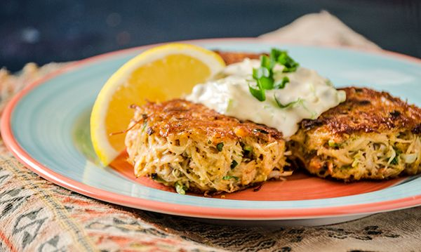 Crabe cake : Ce plat reflète bien l'Amérique d'avant l'ère des «fast food» : simple, rustique, savoureux et fait d'ingrédients facilement disponibles. On sert généralement les crabcakes avec une sauce tartare ou une mayonnaise aux herbes ou piquante. Ingrédients 2 tranches de pain 1 petit verre de lait 1 œuf 2 c. à soupe mayonnaise 1 c. à …