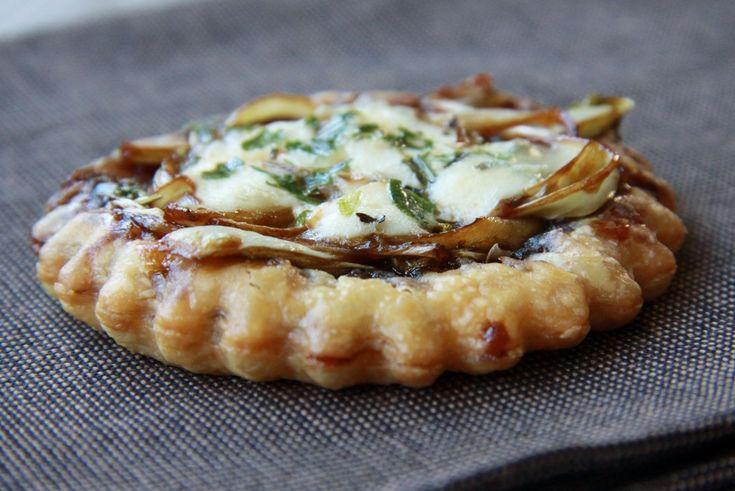 Recept voor een lekkere kleine witloftaart met een bodem van bladerdeeg en een topping van witlof, appelstroop en gorgonzola. Leuk als hapje!