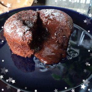 クックパッド人気レシピ1位(。・ω・。)簡単!魅惑のフォンダンショコラ+by+ももたくさん+ +レシピブログ+-+料理ブログのレシピ満載! 中からとろ〜りダークチョコが流れ出る『&Yおうちcafé』自慢の濃厚フォンダンショコラです。