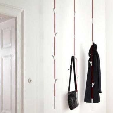 Authentics wardrope //   Gewoonweg geniaal is deze wardrope van Authentics, een kapstok om u tegen te zeggen! Een touw tot wel drie meter lang, met vier verschuifbare haken waar je een handtas, jas, hemd, broek en trui kan aanhangen. Het gewichtje onderaan zorgt ervoor dat je kledij direct in de perfecte positie hangt.
