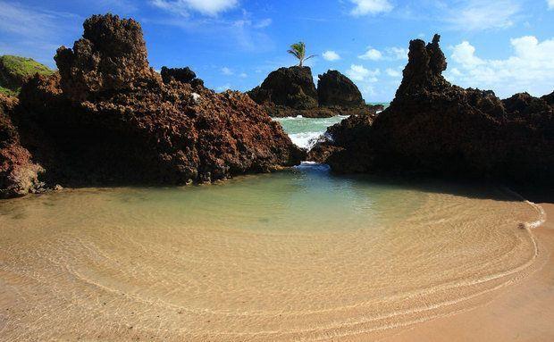 A 22 km de João Pessoa, em Conde, fica a Praia Tambaba, a primeira de nudismo do nordeste A faixa de areia é cercada de falésias, restinga e...