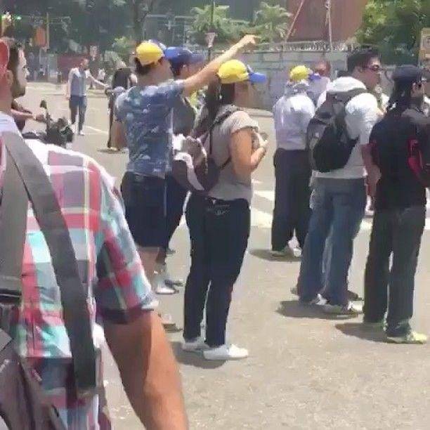 """466 Likes, 31 Comments - Elyangelica Gonzalez (@elyangelicanews) on Instagram: """"Manifestantes denuncian que les lanzan bombas lacrimógenas desde helicópteros oficiales #CARACAS…"""""""