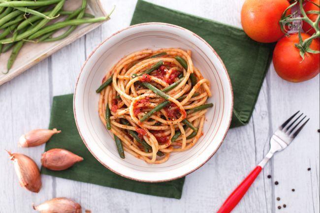 La pasta coi fagiolini è un primo piatto semplice e molto gustoso da preparare durante le giornate soleggiate primaverili ed estive!