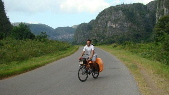Andrés Barbagelata en pleno viaje en bici por Cuba.
