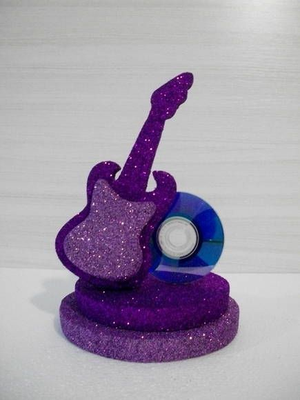 Enfeite de mesa Guitarra, com relevo e dois tons, base dupla e mini cd  Toda feita a m??o com isopor P2 pr??prio( para decora????o).    Toda pintada e banhada em Glitter.    Pode ser feita em outras cores de sua escolha!! R$ 20,00