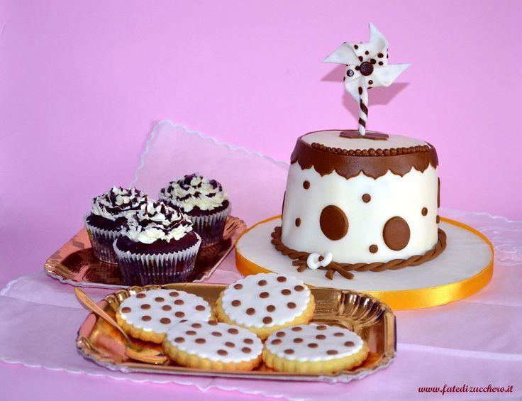 Mini Sweet Table: Torta con girandola, biscotti decorati e cupcake ai tre cioccolati