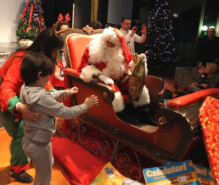 Babbo Natale consegna i regali ai piccoli ospiti del Loano 2 Village