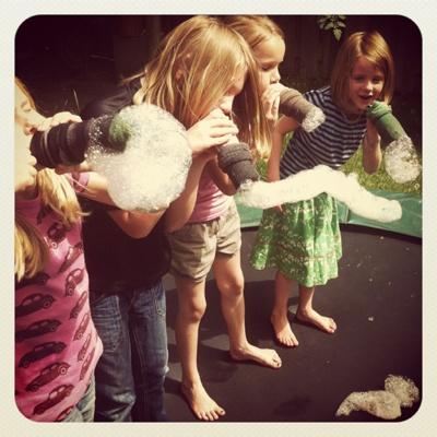 Gevonden via Larie! Blogt: deze geweldige zeepsopslangen - super voor een buitenfeestje met kleine feetjes :-)