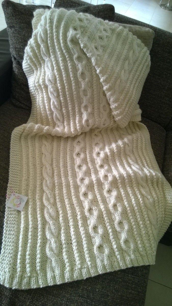 Tejida a dos agujas, con detalle de trenzas y ochos. Confeccionada en lana semi-gruesa. Bella, fina y delicada, la podes usar como pie de cama o como manta además decora tu sofá con mucha calidez. Se realizan a pedido. Podes elegir tamaño, color, motivos. Consultar tiempo de confección. Medidas1,60 de largo x 0,80 de ancho