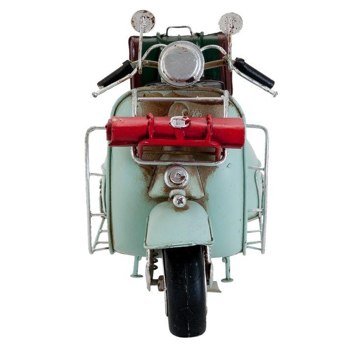 De Modelscooter Retro is helemaal klaar om op pad te gaan. Het rode dekentje en de groene koffer zijn al stevig vastgebonden. De ijzeren Vespa model scooter is 28 cm. lang en 16 cm. hoog. Uitgevoerd in het mintgroen en voorzien van allerlei grappige details, zoals de dubbele zitting, nummerplaat, spiegels en handremmen. Ruw afgewerkt, waardoor deze modelscooter van het meubelmerk Clayre en Eef een bijzondere vintage look heeft. Erg leuk om cadeau te geven. Let's hit the road!