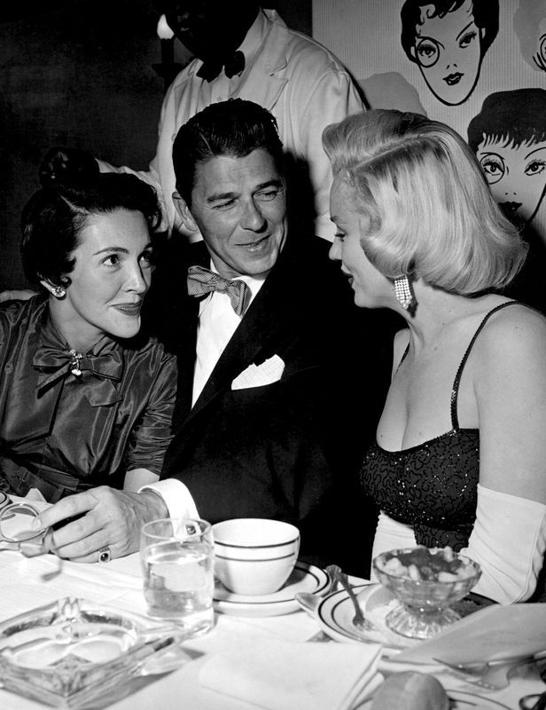 17/06/1953 Beverly Hills Hotel Party Le 17 juin 1953, Marilyn Monroe et Jane Russell participent au dîner d'anniversaire de l'acteur Charles Coburn, partenaires du film Gentlemen Prefer Blonds au The Masquer Rib & Roast Dinner du Beverly Hills Hotel. Lors de cette soirée, Marilyn rencontre Nancy & Ronald Reagan, qui était alors acteur. Le photographe Bruno Bernard immortalise leur rencontre. Marilyn porte une robe de William Travilla.