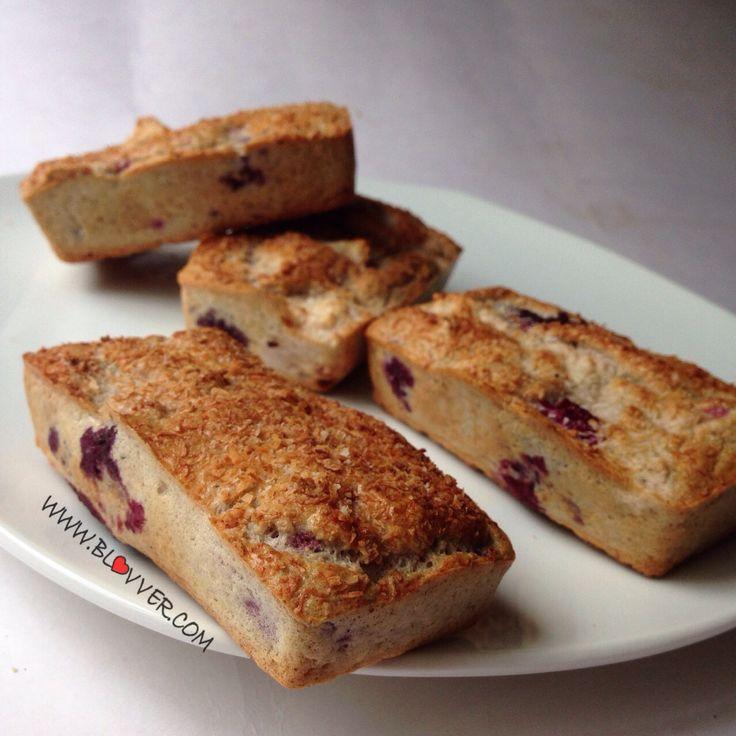Ingredientes: (Para 4 mini cakes aprox) -3 claras de huevo -1/4 de taza de avena en polvo -1/2 manzana -1/4 taza de berries -2 cdas de almendras picadas -2cdas de coco rallado -endulzante (stevia)