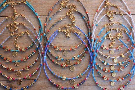 Delicate Rocailles, 3mm kristallen, Gold filled vlinder kralen, Gold filled Sultans handtekening en gouden gevulde spacer enkelbandje. Ook klaar met goud gevuld en gesp, sterren charme.  Grootte: gemengd, 8,5  9 9.5 10 10.5 en 1/2 extender ketting  Prijs is voor 60 enkelbandje  Verzending met TNT (in 4-5 dagen)  Wit x 5 Lila blauwe x 6 Grijs x 6 Khaki x 6 Turkoois x 17 Sky Blue x 20  Deze Enkelbandjes zijn klaar om te verzenden vandaag. Kunt u behalve de items met in 15 tot 20 werkdagen ...