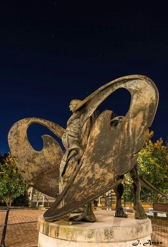 Monumento a la construcción de barcos en Astillero. Hélices.
